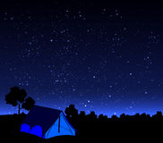 Tente sur un fond de ciel nocturne Image stock