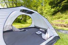 Tente touristique dans une forêt Images libres de droits