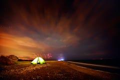 Tente touristique sur la plage par nuit Photo libre de droits