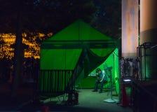Tente verte et un personnel d'organisation de festival Photos stock