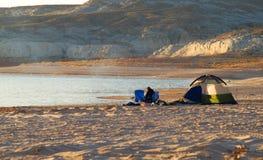 Tente verte sur la plage de lever de soleil Photos libres de droits