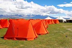 Tented Kamp voor pelgrims om Kailash, Tibet op te zetten stock fotografie
