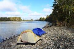Tenten bij de rivier Royalty-vrije Stock Foto's
