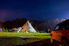 Tenten in het toeristenkamp in een bosopen plek Stock Foto's
