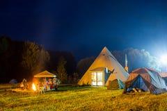 Tenten in het toeristenkamp in een bosopen plek Stock Afbeeldingen