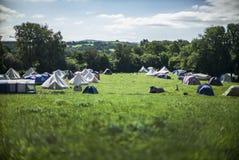 Tenten in kampeerterrein stock afbeelding