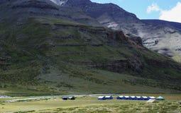 Tenten onder bergen Stock Foto
