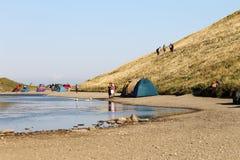 Tenten op de oever van het meer Scaffaiolomeer stock fotografie
