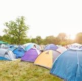 Tenten op een kampeerterrein van het muziekfestival Royalty-vrije Stock Foto's