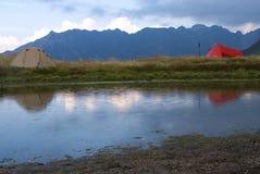 Tenten in regenachtige dag in bergen stock afbeelding