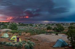 Tenten in woestijn met de roze hemel van het donderonweer Royalty-vrije Stock Foto's