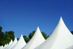 Tentes blanches de dessus d'événement et ciel bleu Image libre de droits