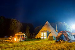 Tentes dans le camp de touristes en clairière de forêt Images stock