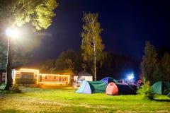 Tentes dans le camp de touristes en clairière de forêt Photos libres de droits