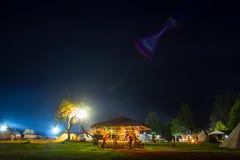 Tentes dans le camp de touristes en clairière de forêt Image stock