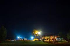 Tentes dans le camp de touristes en clairière de forêt Photo stock
