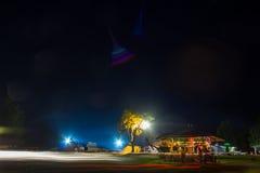 Tentes dans le camp de touristes en clairière de forêt Photos stock