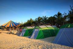 Tentes dans le camping sur la plage photographie stock
