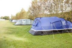 Tentes dans une ligne sur un terrain de camping Photos libres de droits