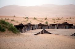 Tentes de Berber parmi les dunes images stock