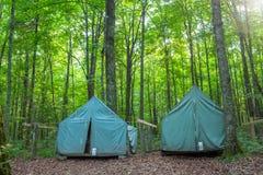 Tentes de camping au terrain de camping rustique images stock