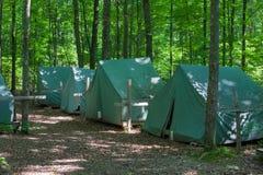 Tentes de camping au terrain de camping rustique photographie stock libre de droits