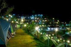 Tentes de camping la nuit Photos libres de droits