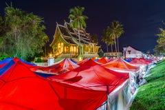 Tentes de marché et de Royal Palace de nuit dans Luang Prabang, Laos Photo libre de droits