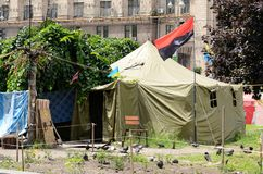 Tentes de protestataires à la rue de Khreshatyk avec le drapeau insurgé ukrainien d'armée Image stock