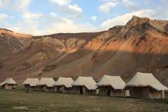 Tentes devant des montagnes Photographie stock