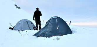 Tentes et alpiniste Image stock