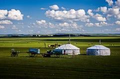 Tentes mongoles sur la prairie images stock