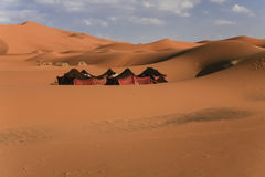 Tentes nomades parmi des dunes de sable de désert Photos stock