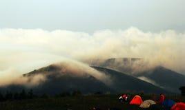 Tentes sous les mers des nuages Photos libres de droits