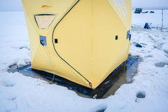 Tentes sur la pêche d'hiver image libre de droits