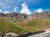 Tentkamp dichtbij de lentes van Narzan Stock Fotografie