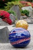 Tentoongesteld voorwerp tuiniert de getiteld ?Niijima-Vlotters door glaskunstenaar Dale Chihuly in Kew, Londen het UK stock fotografie