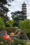 Tentoongesteld voorwerp tuiniert de getiteld ?Niijima-Vlotters door glaskunstenaar Dale Chihuly in Kew, Londen het UK Pagode op a stock fotografie