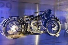 Tentoonstelling en verwezenlijkingen van de tentoongestelde voorwerpen van de legendarische modellen van auto's en motorfietsen i stock afbeeldingen