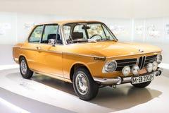 Tentoonstelling en verwezenlijkingen van de tentoongestelde voorwerpen van de legendarische modellen van auto's en motorfietsen i stock foto