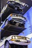Tentoonstelling en verwezenlijkingen van de tentoongestelde voorwerpen van de legendarische modellen van auto's en motorfietsen i royalty-vrije stock foto