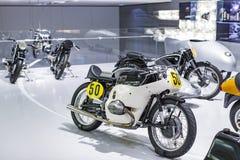 Tentoonstelling en verwezenlijkingen van de tentoongestelde voorwerpen van de legendarische modellen van auto's en motorfietsen i royalty-vrije stock afbeelding