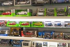 Tentoonstelling en verwezenlijkingen van de tentoongestelde voorwerpen van de legendarische modellen van auto's en motorfietsen i stock afbeelding