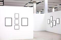 Tentoonstelling met vele lege frames op witte muren Royalty-vrije Stock Afbeelding