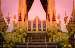 Tentoonstelling op koninklijke crematieceremonie van Zijn Majesteitskoning Bhumibol Adulyadej, Sanam Luang, Bangkok, Thailand op  stock foto's