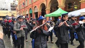 Tentoonstelling van de de stadsband van Modena en de Historische parade in traditionele de 18de eeuwkostuums langs de straten van stock video