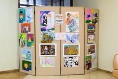 Tentoonstelling van kinderen` s tekeningen in de hal royalty-vrije stock foto