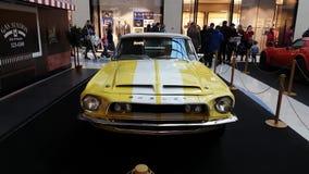Tentoonstelling van retro auto's in de wandelgalerij van de Metropool stock video