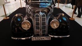 Tentoonstelling van retro auto's in de wandelgalerij van de Metropool stock footage