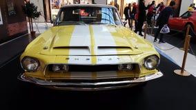 Tentoonstelling van retro auto's in de wandelgalerij van de Metropool stock videobeelden